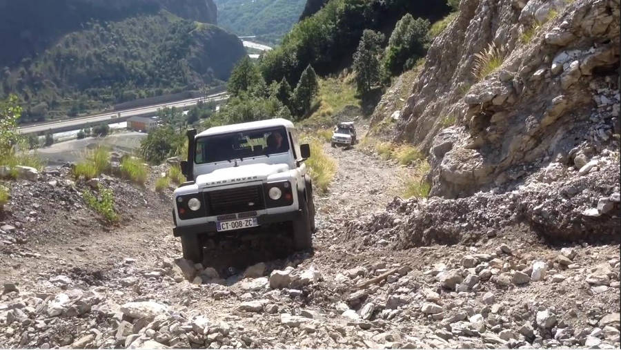 Neues Video: Land Rover Defender TD4 130 110 90 climb the mountain - Der Land Rover Treff